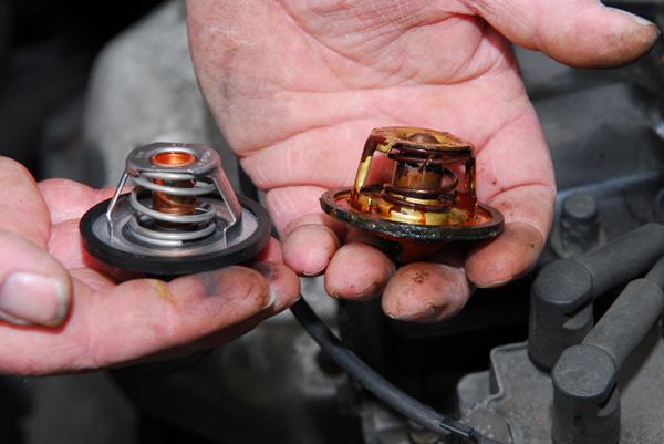 новый и неисправный термостат автомобиля